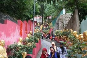 Mit uns unterwegs eine sehr große Gruppe von Mädchen oder jungen Frauen aus Indonesien, fröhlich und aufgeschlossen, wie man es von Kopftuchträgerinnen in Deutschland kaum kennt.