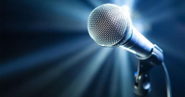 Microfone com luz ao fundo