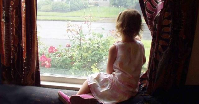 Garotinha esperando na janela