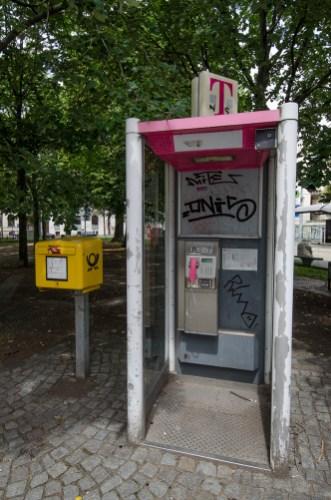 Telefonhäuschen mit Briefkasten, Waldplatz; Foto: Andreas Reichelt