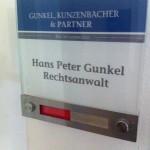 Glasschild mit manueller Besetztanzeige in einer Anwaltskanzlei Bielefeld