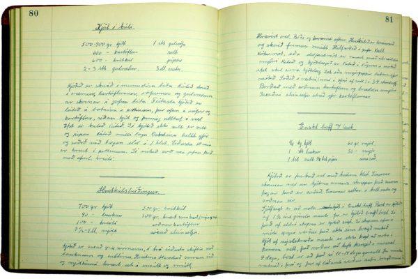 Uppskriftabók úr Húsmæðraskólanum Ósk á Ísafirði. Bókin er merkt Þorbjörgu Bjarnadóttur sem var skólastjóri húsmæðraskólans 1948-1986.