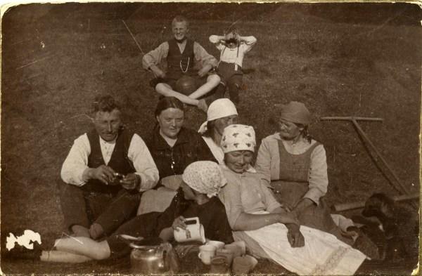 Kristjana Sigurðardóttir og Tryggvi Á. Pálsson ásamt börnum sínum og vinnukonu í heyskap á Kirkjubóli í Skutulsfirði í kringum 1925.