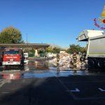 Fiamme su un camioncino dei rifiuti davanti il Mandela Forum intervengono i vigili del fuoco