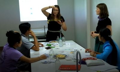 """Marleen and Jasmin conduct the teacher experiment for the classroom """"Air has weight""""."""