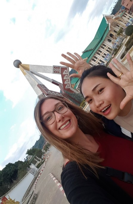 Tandem-teachers Jasmin and Khamsee in front of the famous statue Nuay-keo...