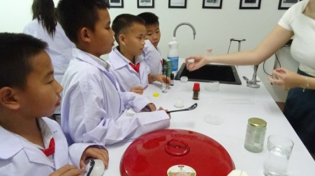 Pupils try out different spices and scents.
