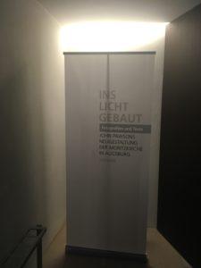 Ins Licht gebaut Display am Eingang