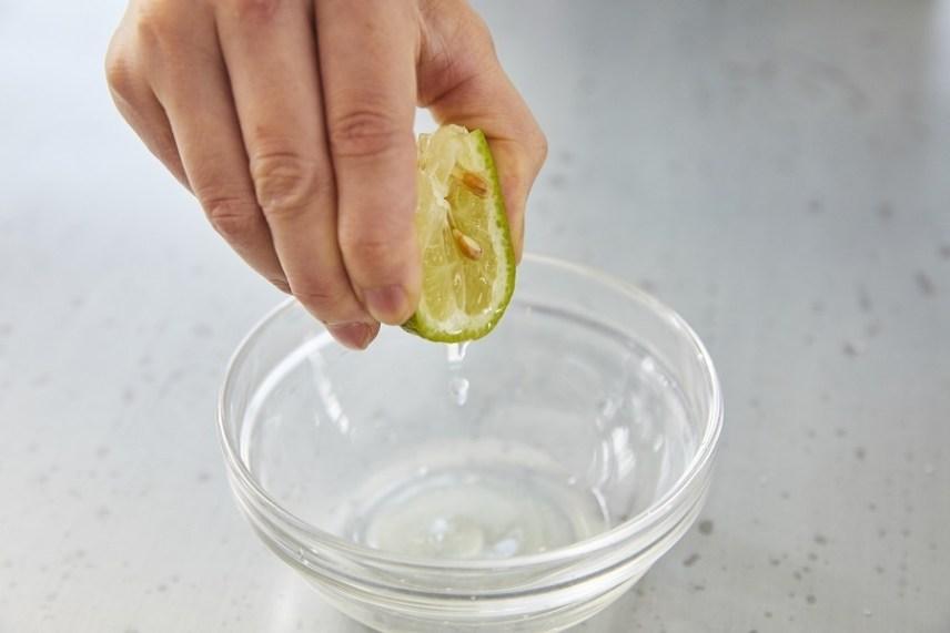 レモンの皮を下にして絞ると香り立つ2