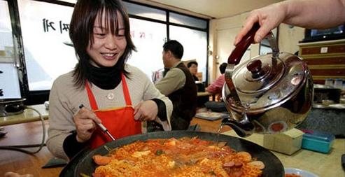 韩国是最爱吃泡面的国家,中国是泡面消耗量最大的国家