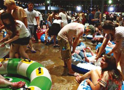 亚洲最大水上彩色派对爆炸 台200人陷火海恍如炼狱