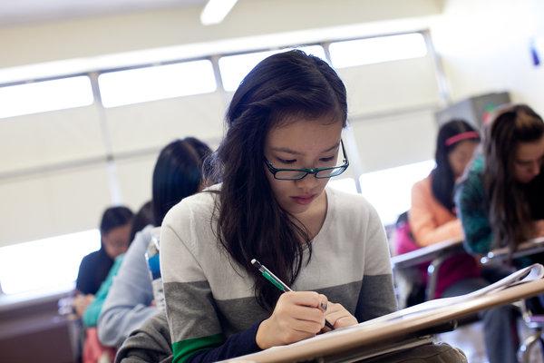 一名亚裔学生正在上备考班。