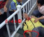 女孩被耳机线割喉 脖子悬空护栏造成五公分的伤口