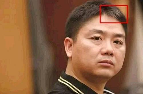 一个月之间,刘强东便愁白了头直到现在也没有重新变黑