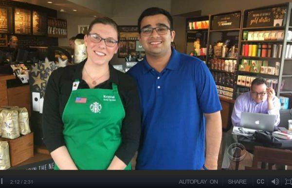美国一名有听力障碍的男子最近到星巴克消费时,一名女咖啡师交给他一张便条,里面的内容令这名男子大为感动。(CBS视频截图)