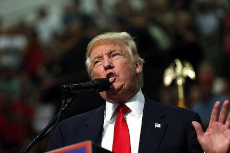 """川普抨击50名共和党国家安全专家说,他们是""""华盛顿失败的精英"""",与希拉里一道作出了""""灾难性决策"""",导致美国人在利比亚班加西遇害,并""""任由伊斯兰国坐大""""。(Brian Blanco/Getty Images)"""