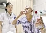男子误喝假酒甲醇中毒 医生让他喝60度真酒解毒