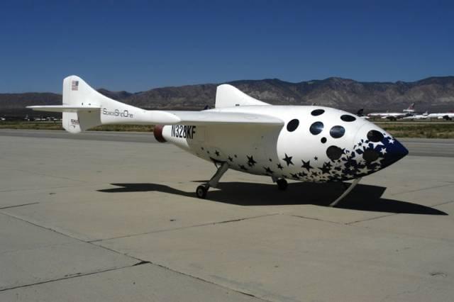 Soukromá vesmírná loď SpaceShipOne s pilotem a zátěží o hmotnosti dalších dvou osob překročila 4. října 2004 hranici kosmu, když dosáhla výšky 114,64 kilometru. Společnost Mojave Aurospace Ventures Team konstruktéra Burta Rutana tak splnila podmínky pro získání ceny Ansari X-Prize a tím i prémie v hodnotě deseti milionů dolarů.