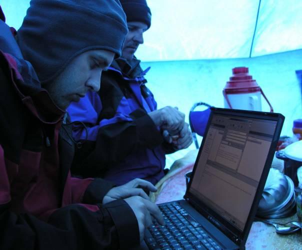 Horolezci komunikovali s celým světemSkupina litevských horolezců poprvé v historii své země zdolala jeden z nejobtížnějších himálajských vrcholů Sisia Pangma a společníka jim při tom dělal notebook IBM ThinkPad T41 a satelitní telefon.
