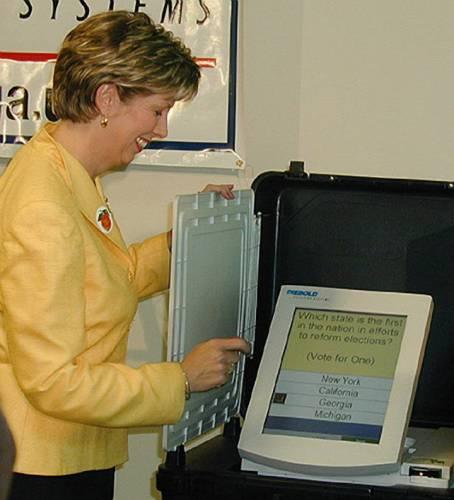 S elektronickými volbami, tj. hlasováním prostřednictvím počítačových terminálů a sčítáním hlasů »bez papíru«, experimentuje řada zemí, ale s naprosto rozdílnými výsledky. Zajímavý kontrast se projevil nedávno mezi přístupem k elektronickým volbám v USA a Indii.