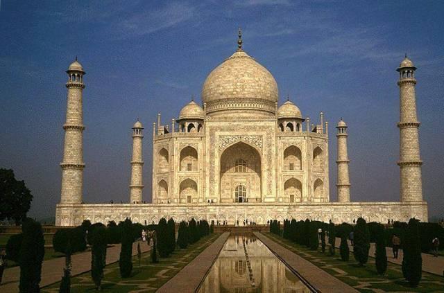 Snad nejznámější indická památka Tádž Mahál se naklání a odborníci se začínají vážně obávat jejího zřícení.