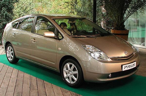 Český automobilový trh již má svůj první automobil s hybridním pohonem - zážehový motor kombinovaný s elektromotorem. Jeho ohleduplnost k přírodě je zcela zřejmá, a proto jej Toyota české veřejnosti představila symbolicky v prostředí pražské ZOO.