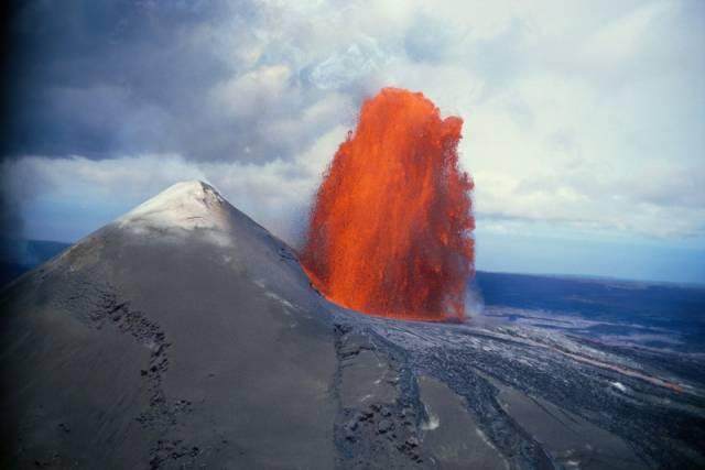 Nepříjemné zjištění letos v létě oznámili španělští vulkanologové: Životy milionů lidí jsou v ohrožení, pokud opět exploduje aktivní vulkán Cumbre Vieja na španělském ostrově La Palma. Do moře se následně s rachotem zřítí miliardy tun zeminy ohromného nestabilního skalního masivu o rozloze ostrova Rhodos. Vzápětí se s hučením vytvoří několik mohutných zabijáckých vln tsunami.