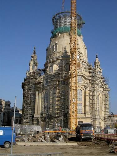Vysvěcení znovuobnoveného kostela Frauenkirche v Drážďanech se připravuje na říjen 2005 po dvanáctileté  rekonstrukci a šedesát let po jeho zničení.