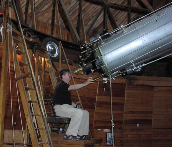 Za čtyři století se dalekohledy změnily k nepoznání. Avšak jejich cíle jsou po celou dobu společné: soustředit do ohniska co nejvíce světla, abychom mohli pozorovat co nejslabší objekty a dosáhnout co největšího úhlového rozlišení.