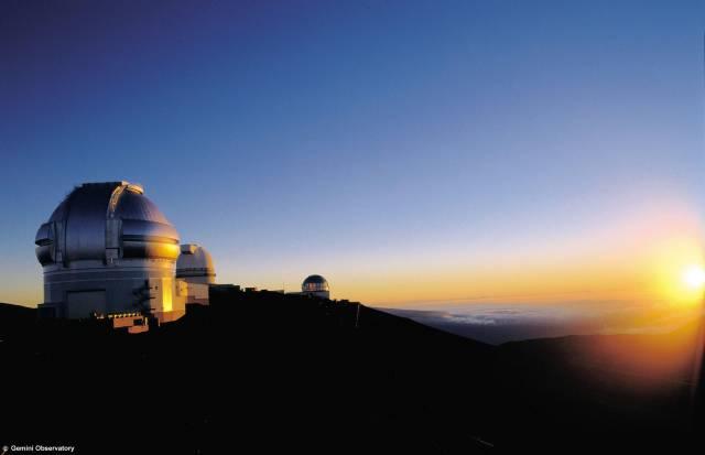 Dosud nejúspěšnější je spektroskopická metoda měření radiálních rychlostí hvězd – tím rozumíme složku rychlosti hvězdy ve směru přicházejícího paprsku. Jestliže se vzdálenost zdroje světla od pozorovatele mění, projevuje se pohyb změnou ve spektru záření. Tento jev známe už od poloviny 19. století jako Dopplerův jev. A právě tohoto efektu je využíváno k detekci extrasolárních planet.