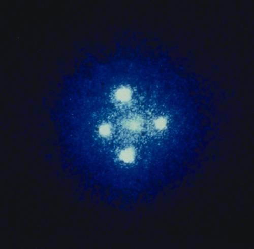 Další fotometrický způsob je založen na principu mikročoček. Není to tak dávno, co tuto metodu většina astronomů vnímala pouze jako kuriozitu a s jejím využitím při lovu exoplanet se vůbec nepočítalo.