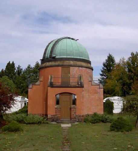 Za dva měsíce, 21. ledna 2005, oslaví hvězdárna v Ondřejově u Prahy už 107. výročí svého založení. Za tu dobu se stala základnou našeho astronomického výzkumu a její bývalí i současní pracovníci patří mezi špičkové vědce ve svém oboru.