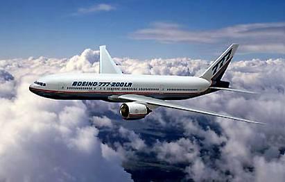 """Americká firma Boeing nevzdává zápas o prvenství mezi výrobci dopravních letadel. Poté, co na počátku roku její největší konkurent Airbus přišel se svým superjumbem, nyní představila novinku – letoun 777-200LR """"Worldliner""""."""