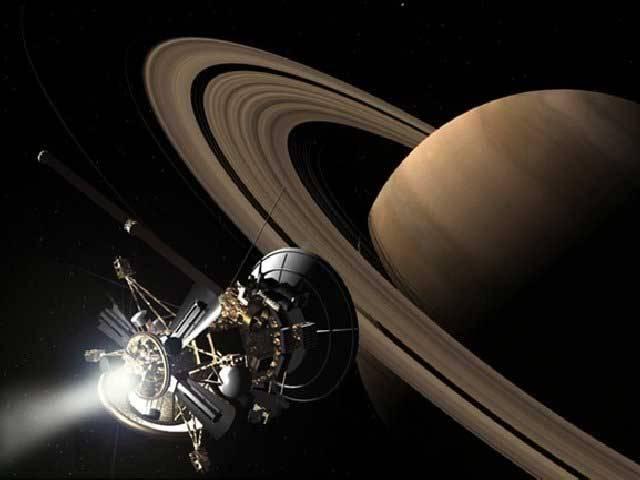 Vesmírná sonda Cassini při svém nejnovějším přeletu v těsné blízkosti Titanu odhalila na jeho povrchu obrovský kráter, který pravděpodobně vznikl při dopadu meteoritu.