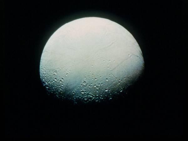Sonda Cassini učinila další pozoruhodný objev! Při dvou nedávných přeletech v těsné blízkosti jednoho z měsíců planety Saturn odhalila, že Enceladus obklopuje atmosféra.