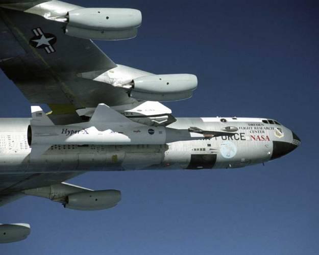 Experimentální letoun NASA X-43A s unikátním motorem scramjet překonal při posledním letu v závěru loňského roku 10 x rychlost zvuku a dosáhl rychlosti Mach 10, tedy 11 200 km/hod.