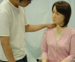 Robota ženského pohlaví, který se velmi podobá živému člověku, v těchto dnech představil profesor Hiroshi Ishiguru z univerzity v Osace.