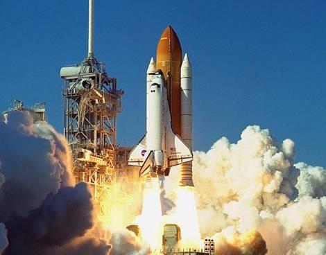Posádka amerického raketoplánu Discovery by měla právě dnes provést vůbec první opravu poškozené lodi přímo na oběžné dráze.