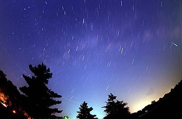 Srpnová noční obloha bude letos opět patřit meteorickému roji Perseidy. V noci z 12. na 13. srpna mezi 23. hodinou a ranním svítáním bude možné vidět až 40 meteorů za hodinu.