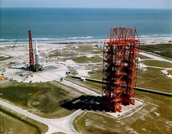 Tradičním výrobcům kosmických raket ve Spojených státech hrozí nebezpečí. S razancí dravce mezi ně vlétnou rakety Falcon (sokol) vyvíjené společností SpaceX. V čem budou lepší?