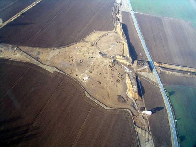 Archeologický výzkum na trase budoucí dálnice D1 u moravského Hulína přinesl řadu unikátních objevů. Byly mezi nimi i takřka 4000 let staré měděné prsteny neobvyklého typu, na nichž se dochovaly otisky lidské kůže.