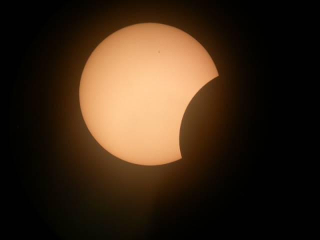 Měsíc právě dnes vstoupí mezi Zemi a naši životodárnou hvězdu a my budeme u nás moci pozorovat alespoň částečné zatmění Slunce!