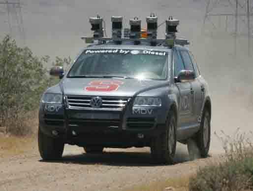První čtyři plně robotizovaná vozidla úspěšně dokončila závod, který na Mohavské poušti uspořádalo americké ministerstvo obrany. V závodě dlouhém 132 mil (212 kilometrů) triumfoval vůz volkswagen pojmenovaný Stanley z týmu Stanfordské univerzity.