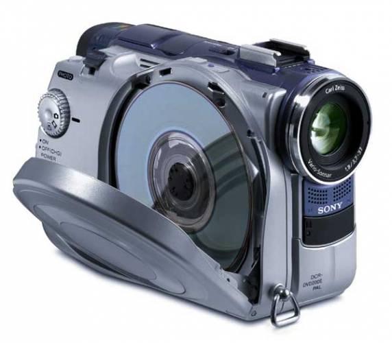 Definitivně pryč je doba, kdy k přehrávání natočeného záznamu na videokameru, bylo nutné přístroj zapojit k počítači nebo k videu. Na světě je nová generace DVD videokamer, které jsou schopen film nahrát na DVD disk o průměru 8 centimetrů.