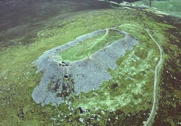 Mezi stále nevyjasněná tajemství zelené skotské vysočiny patří na šedesát podivných pevností pocházejících z doby železné. Jejich valy jsou totiž zpevněny velice neobvyklou metodou, zdi jsou z roztavených zesklovatělých kamenů…