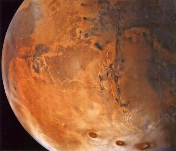 Mars lidsto fascinoval odjakživa. Byl považován za planetu, která nepřináší štěstí. Však svůj název převzal po římském bohu války Martovi. Dnešní noc však nabídne zájemcům o astronomii zajímavou možnost, jak si tuto planetu dopodrobna prohlédnout.