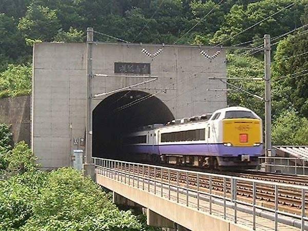 Lidé se obvykle zajímají o nejvyšší budovy světa, obdivují siluety nejdelších mostů, ale jen málokdo si uvědomuje, že unikátní stavby se mohou nacházet i mimo naše zorné pole – třeba v podzemí. 21. STOLETÍ vám tentokrát představí 10 nejdelších železničních tunelů na světě.