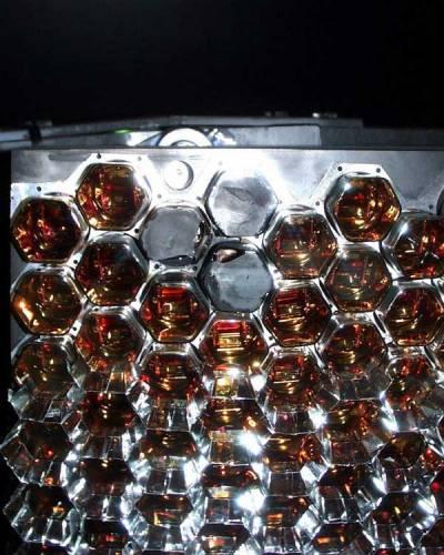 Právě končí budování první části unikátní observatoře, která bude sledovat extrémní kosmické paprsky. V kosmu totiž cosi urychluje částice na nepředstavitelné energie a současná fyzika tento jev neumí vysvětlit.
