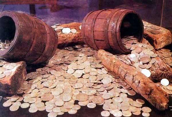 V českých zemích bylo od 18. století do dneška objeveno něco přes čtyři a půl tisíce pokladů. Šperků, klenotů nebo drahých kamenů v nich bylo pramálo. Většinou jde o hromadné nálezy mincí.