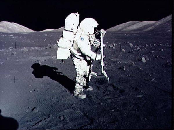 V roce 2018 by se měli lidé vrátit na Měsíc. Chystané výpravy by mohly být prvním krokem k založení stálé základny na jeho povrchu. Přináší to však řadu problémů k řešení a hrozí i různá nebezpečí!
